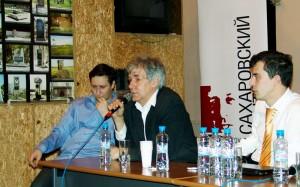 Игорь Минтусов и организаторы дискуссии в Сахаровском центре