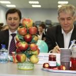 Участницы из Мичуринского университета привезли жюри яблоки