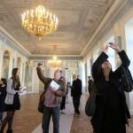 Журналисты в первый раз входят в отреставрированные помещения